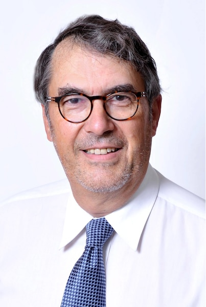 Jean Mercier, professeur associé au Département de science politique del'Université Laval, spécialisé en transports et en politiques publiques, docteur en études urbaines, spécialisé en planification et en transports.