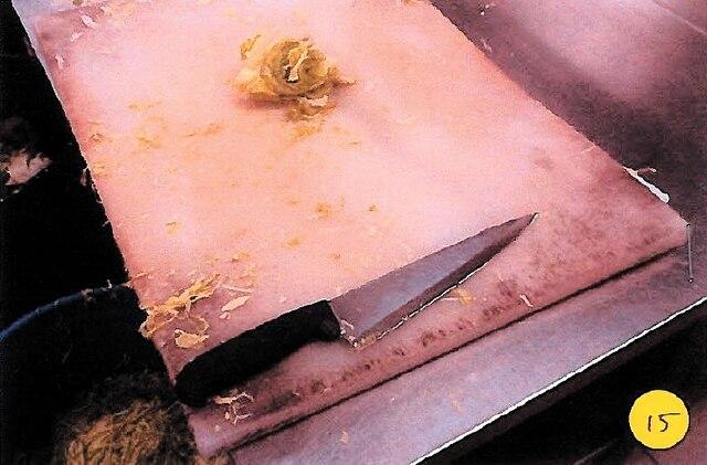 Une planche à découper arbore des taches noirâtres ressemblant à des moisissures.