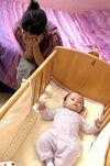 Le baby blues est un état passager qui touche plus de 50 % des femmes venant d'accoucher et qui se sentent dépassées par la situation, craignant ainsi de ne pas être de « bonnes mères ».