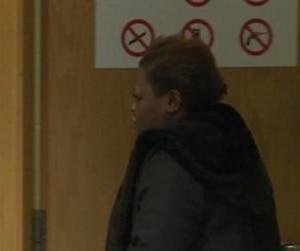 Immacula Eugène, l'une des deux anciennes préposées au CHSLD Saint-Lambert-sur-le-Golf accusée entre autres de voies de fait contre une personne âgée, a été remise en liberté le mardi 18 février 2014, après avoir plaidé coupable la veille à cinq des six chefs d'accusation qui pesaient contre elle. CAPTURE D'ÉCRAN/TVA NOUVELLES/AGENCE QMI