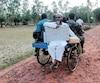 Des employés de la commission électorale transportaient hier une machine de vote électronique (EVM) et d'autres matériels sur un tricycle pour se rendre au bureau de vote de l'île de Ghoramara avant la septième et dernière phase des élections générales en Inde.