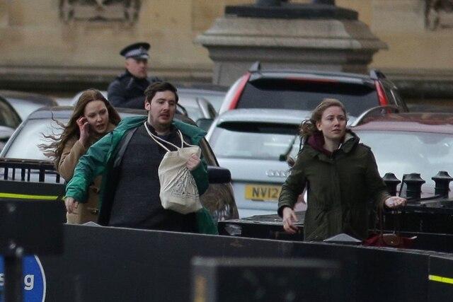 Des gens s'éloignent du Parlement après l'évacuation des lieux.