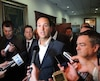 Les adversaires d'Alexandre Cloutier considèrent que les difficultés rencontrées pour rencontrer les militants de plusieurs circonscriptions nuisent à la course à la chefferie du Parti québécois.