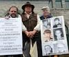 Roger Lessard, porte-parole des victimes, Pierre Bolduc et Denis Cloutier, qui se disent victimes d'un ancien prêtre, ont manifesté, dimanche, devant l'église Saint-Alphonse de Thetford Mines.