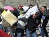 À Québec, à la place D'Youville, des citoyens de tous les âges ont participé à une géante bataille d'oreillers.
