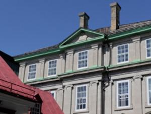 On reconnaît le temple maçonnique de Québec par son symbole typique ornant le haut de sa façade. Il est situé à l'angle des rues des Jardins et Saint-Louis.