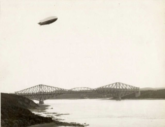 Passage du R-100 au-dessus du pont de Québec vers 1930.