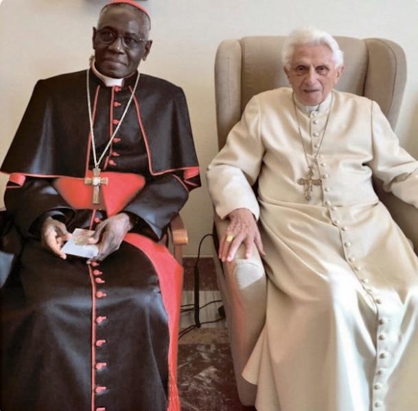 Cardinal Sarah et Benoit XVI. L'Église considère les femmes  comme des âmes de second rang.