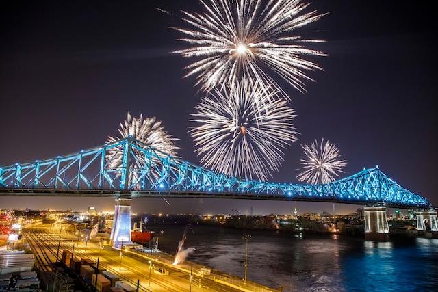 Un feu d'artifice a accompagné l'illumination du pont, mercredi soir. Les spectateurs ont pu vibrer durant la création féérique de 30minutes au rythme du changement de couleurs et d'une bande sonore entrainante.