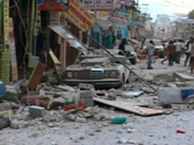 Une automobile a été sérieusement endommagée par les débris des édifices avoisinants.