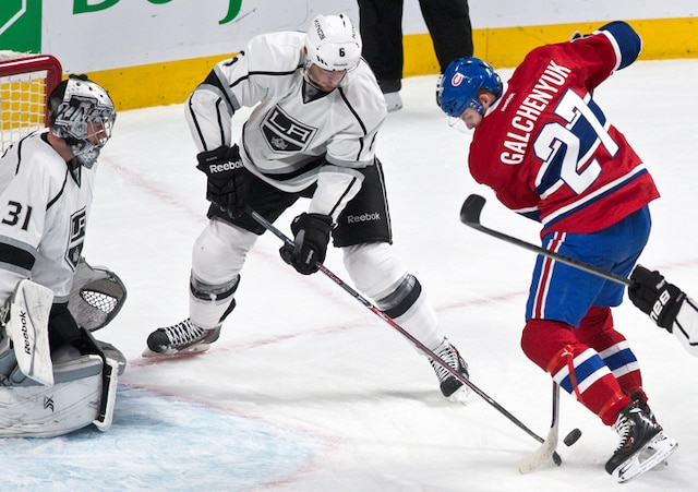 Un jeu de finesse de (27) Alex Galchenyuk devant Martin Jones en première période lors du match opposant les Kings de Los Angeles et le Canadien de Montréal au centre Bell.