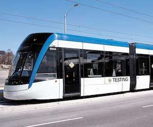 Le système léger sur rail ION de Waterloo, en Ontario, est en phase de test actuellement. Le projet a connu un dépassement de coûts de 6%.