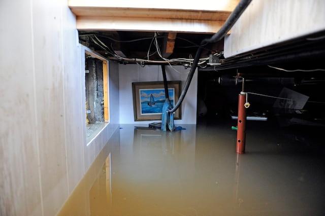 Ce sous-sol est inondé sur plus de la moitié de sa hauteur. Dans certaines maisons, l'eau a même atteint le plancher du rez-de-chaussée.