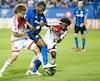 Ces deux joueurs du DC United n'avaient pas l'intention de laisser Didier Drogba filer seul avec le ballon, quitte à l'accrocher...