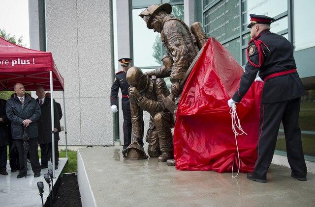 Inauguration du monument en hommage aux pompiers du Québec décédés en service dans le cadre des festivités entourant le 150e anniversaire du Service de sécurité incendie de Montréal au Centre de services financiers des pompiers du 2600, boul. St-Joseph Est, à Montréal en ce samedi 25 mai 2013.JOEL LEMAY/AGENCE QMI