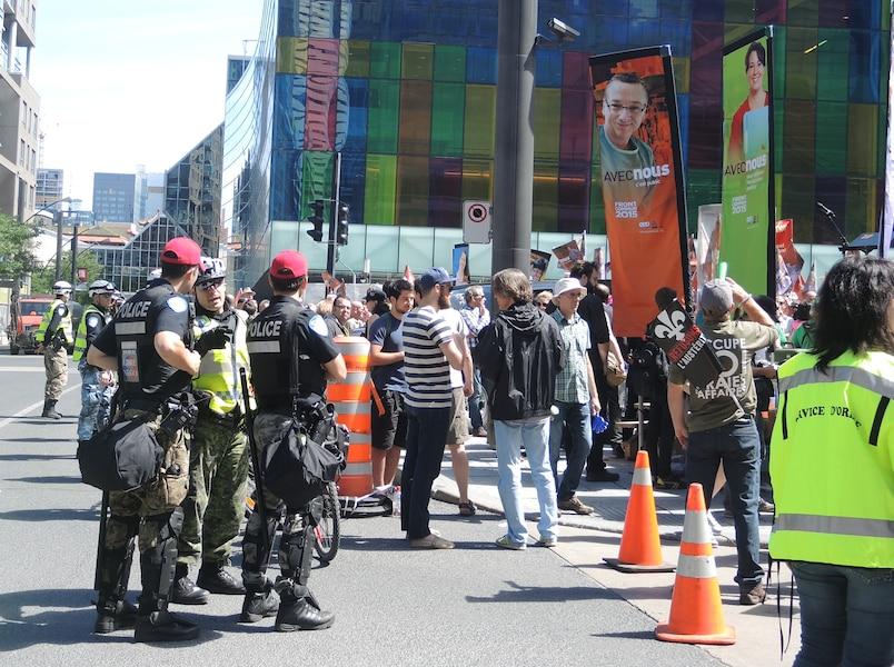 Les clameurs et les coups de trompette ne sont jamais parvenus aux oreilles des libéraux, protégés qu'ils étaient par un débarquement de policiers de la Ville de Montréal arborant leurs pantalons en camouflage, leur casquette rouge et leurs autocollants portant la mention «on a rien volé».