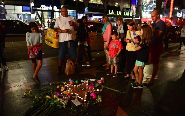 Des gens se rassemblent autour de l'étoile de Tom Petty & The Heartbreakers au Hollywood Walk of Fame.