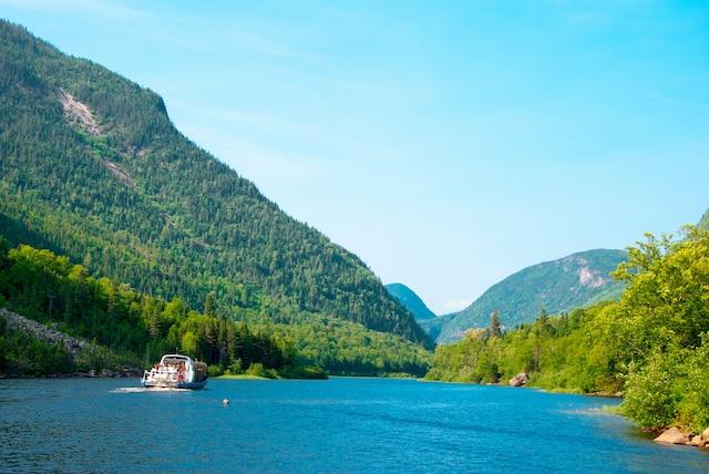 La balade bord du Menaud, bateau-mouche d'une capacit de 48 personnes, constitue l'un des classiques du parc national des Hautes-Gorges-de-la-Rivire-Malbaie, dans Charlevoix.