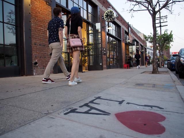 Autrefois en piteux état, le centre-ville de Los Angeles connaît un renouveau, ces dernières années. Finies les rues désertes: la population a triplé depuis le début de la revitalisation du quartier et les visiteurs ont délaisser les chics Beverly Hills et West Hollywood pour découvrir plutôt les charmes du Downtown LA.