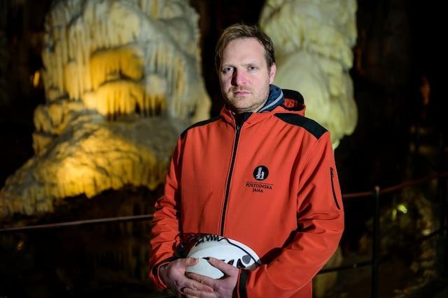 Le biologiste Saso Weldt dans la grotte de Postojna AFP PHOTO / Jure Makovec/AFP