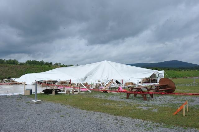 Dame nature n'a pas ménagé les saisonniers du camping Saint-Esprit, à Québec, lors des violents orages qui ont sévi à plusieurs endroits, dimanche après-midi.
