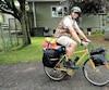 Jérôme Pilette est parti de chez ses parents, à Mascouche, en juillet. Il transporte près de 100 livres de bagages sur son vélo.