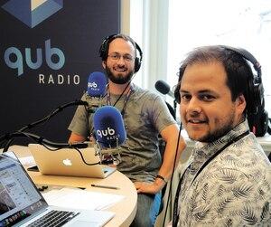 Étienne Dano et l'animateur Michaël Labranche ont lancé, mercredi, en studio, leur émission spéciale diffusée sur les ondes de QUB radio. Ils seront rejoints, jeudi, par l'humoriste Gabrielle Caron.