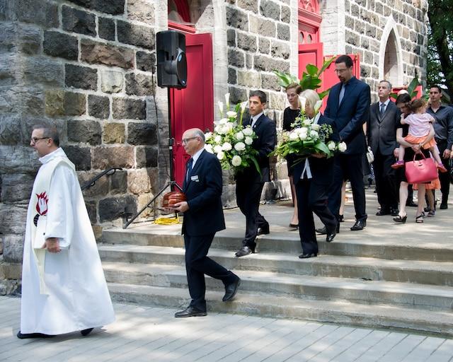 Les proches de Jacques Daoust ont transporté ses cendres jusqu'au cimetière de Saint-Basile-le-Grand, situé derrière l'église, où ils ont passé un moment en famille.