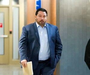 Nicolas Landry, un policier de la Sûreté du Québec, arpentait les corridors du palais de justice de Montréal lundi, alors qu'il a été déclaré coupable d'avoir fraudé son employeur de 42 000$.