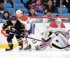 Le gardien Antti Niemi, qui a repoussé 35 rondelles pour signer son premier jeu blanc de la saison, a pu miser sur la présence de son défenseur Karl Alzner qui a mis Scott Wilson en échec.