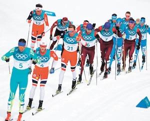 Le peloton où l'on retrouve les médaillés russes Alexander Bolshunov et Andrey Larkov sur lesquels reposaient des soupçons de dopage.