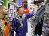 Joe Malko et Michel Ghaled essaient une sorcière parlante unilingue anglophone dans les rayons d'un magasin Party Expert, à Montréal.