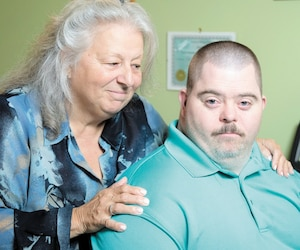 Âgé de 36 ans, Yan-Ludwick Boudriau est atteint d'Alzheimer depuis quatre ans. Sous médication depuis un an, les pilules lui ont fait prendre 60 livres. Prête à tout pour son fils, Manon Boudriau craint de le voir dépérir dans les prochaines années.