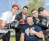Quatre des boxeurs vedettes de la soirée, Charles Goulet, Mike Ouellet, le docteur Sylvain Auger et Alex Perreault, sont accompagnés du promoteur du projet, Denis Perreault.