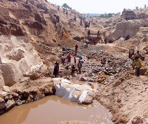 Le projet de mine Kwango en RDC, au cœur du litige entre Bradmore et Midamines. On y voit les travailleurs besogner dans des conditions difficiles.