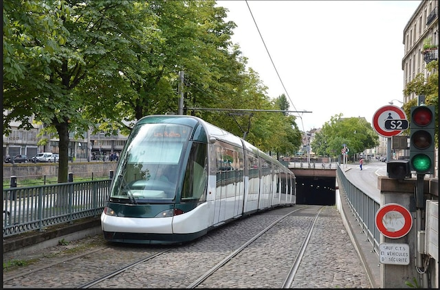 Certaines villes européennes sont notamment dotées de tramways qui passent sous terre: l'exemple de Strasbourg.