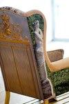 COUP DE CŒUR DU CHRONIQUEUR<br> La Bergère Versailles s'inscrit hors du temps pour offrir une version revisitée de l'époque glorieuse du Roy Soleil! On notera la magnifique statue d'un des jardins qui orne le côté de la bergère. Et l'air de rien, les coussins, à eux seuls, peuvent rehausser considérablement une déco aux couleurs unies.
