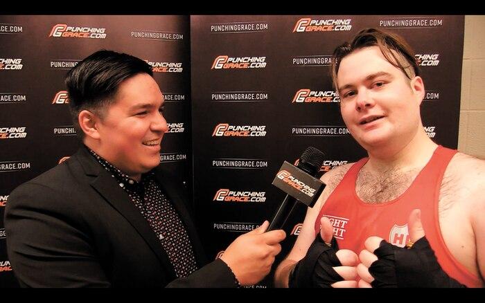 Un boxeur défait, Michael Paré. Il raconte sa peine d'amour à l'intervieweur Étienne Rivard.