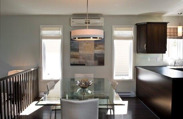 Jouxtant la cuisine et son comptoir passe-plats, la salle à manger est le cœur de ce bel espace ouvert.