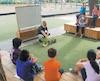 À l'école primaire Marguerite- Bourgeoys, dans le quartier Saint-Sauveur à Québec, l'enseignant Gilles Chamard enseigne des notions de mathématiques à l'extérieur à ses élèves de troisième année.