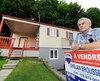 Paul-Émile Martel trouve pénible la vente de la maison de son fils décédé en mars 2016. En raison du marché amorphe, l'homme de 66 ans doit revenir chaque semaine entretenir cette résidence, devenue un boulet l'empêchant de faire son deuil.
