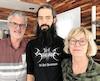 Emmanuel Gauthier (au centre) est entouré de ses parents Réjean Gauthier et Denise Cournoyer, qui réalisent toute l'importance des assurances voyage.