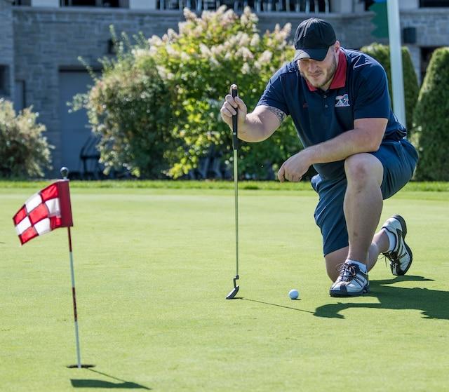 Luc Brodeur-Jourdain qui analyse le green lors du tournoi de golf annuel des Alouettes de Montréal au profit de la Fondation des Alouettes le mardi 12 septembre au Club de golf Saint-Raphaël à l'Île-Bizard.
