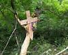 Des proches de la victime ont installé une croix en bois dans le fossé où s'est produit l'accident, sur laquelle on peut lire divers hommages.