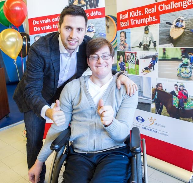 Alexandre Bilodeau était accompagné de son frère Frédéric, lors de l'annonce de la création du fonds portant le nom du champion olympique.