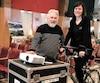 Le fondateur et directeur artistique du Festival de films pour l'environnement Léo Denis Carpentier, montre le vélo à l'athlète Mylène Paquette, qui pédale.