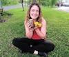 Marianne Robert, originaire de la Beauce, ne voit pas de différence entre le goût dumiel de pissenlits qu'elle tient entre ses mains et celui produit par les abeilles.