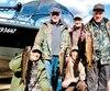 Un groupe de pêcheurs heureux de leur aventure sur le grand lac Jacques-Cartier, avec trois belles truites grises. À l'avant, Yvon Jacques et Yvan Théberge. Debout, Yvan Nolin, Sylvain Boucher, directeur de la réserve, et Gilles Dubois.