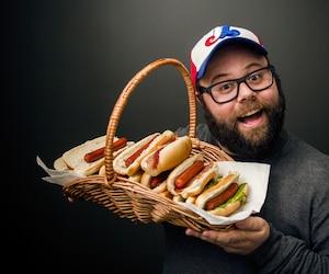 C'est Jean-François Provençal et un panier de hot-dogs! QUE DEMANDEZ DE PLUS!?!?