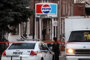 Les policiers ont enquêté sur les lieux toute la journée d'hier et toute la nuit sur le meurtre de Chao Peng, dans un dépanneur.
